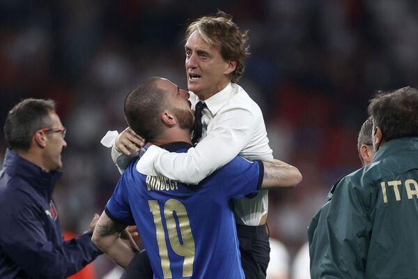 Trenér Italské fotbalové reprezentace Roberto Mancini v náručí Leonarda Bonucciho. - Sputnik Česká republika