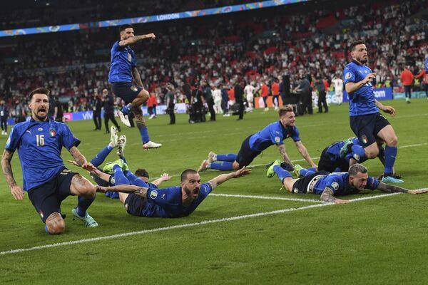 Italští hráči slaví své vítězství ve fotbalovém finále Euro 2020 na stadionu Wembley v Londýně. - Sputnik Česká republika