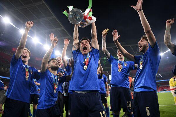 """Obránce Itálie, střelec vyrovnávací branky a úspěšný střelec penalty Leonardo Bonucci o utkání: """"Je to historický úspěch. Sen se stal skutečností. Od začátku  přípravy jsme věřili, že na to máme. Bylo to trochu jiné než dřív. Navzájem jsme si dodávali sebevědomí a byli jsme skutečný tým. Teď si to  užíváme. Viděl jsem, jak spousta lidí před ceremoniálem odešla. Mysleli  si, že pohár zůstane tady v Londýně, ale místo toho se stěhuje do Říma. Zase jsme se něco přiučili a ani po 34 zápasech jsme neprohráli. Věděli  jsme, že když uděláme, co bude v našich silách, přivezeme trofej domů."""" - Sputnik Česká republika"""