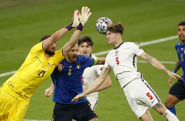 Italský brankář Gianluigi Donnarumma a anglický fotbalista John Stones bojují o míč během finále fotbalového mistrovství Evropy 2020. - Sputnik Česká republika