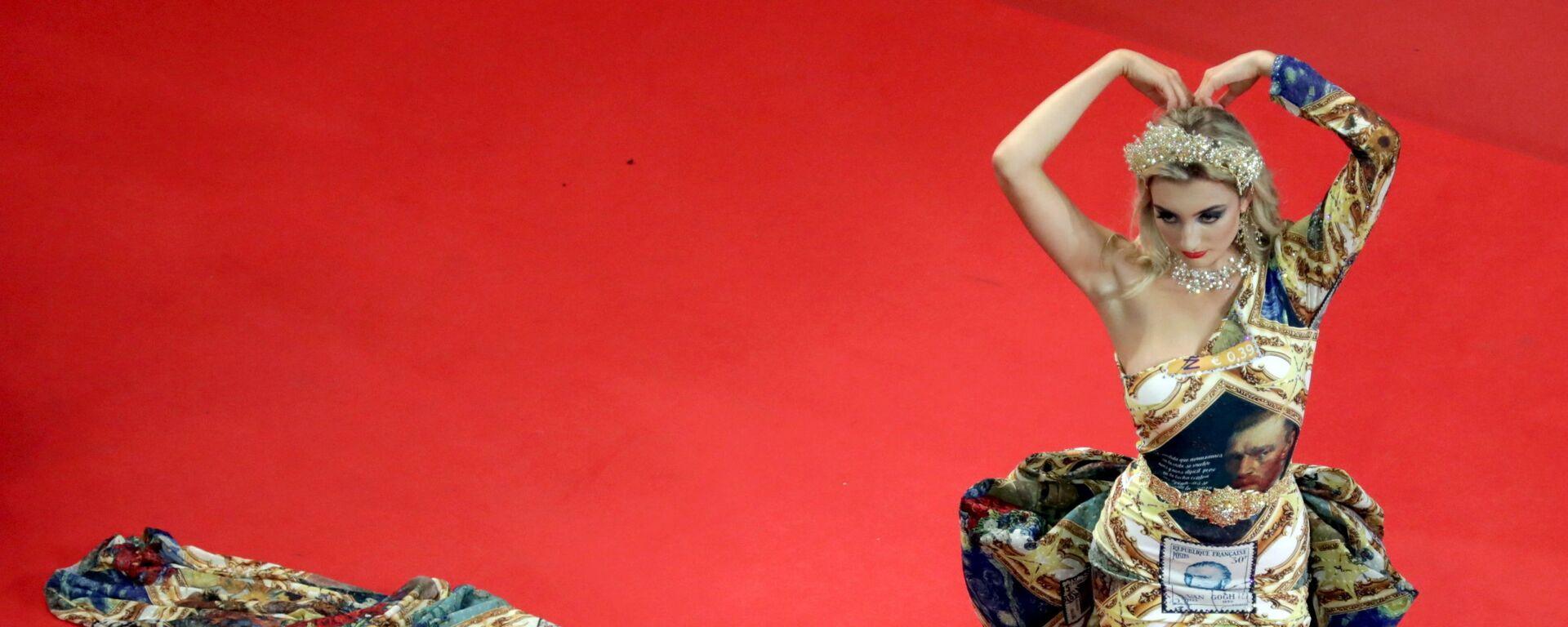 Гостья на красной дорожке перед показом фильма BAC Nord в рамках 74-го Каннского кинофестиваля - Sputnik Česká republika, 1920, 13.07.2021