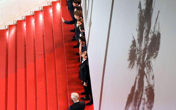 12. července - promítání filmu BAC Nord. Režisér Cédric Jimenez pózuje s herci a členy štábu. - Sputnik Česká republika