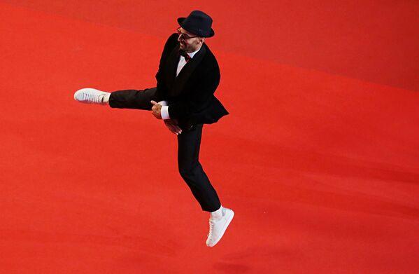 Promítání soutěžního snímku Flag Day (Den vlajky) na festivale v Cannes 10. července 2021. Francouzský umělec JR skáče při příchodu. - Sputnik Česká republika