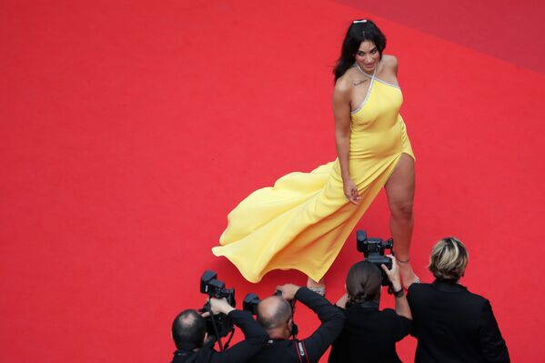 Na film The French Dispatch 12. července 2021 se přijela podívat i zpěvačka Camelia Jordana. - Sputnik Česká republika