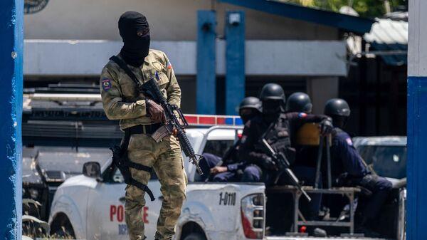 Солдат армии Гаити у Главного управления полиции, где находятся подозреваемые в убийстве бывшего президента Жовенеля Моиза - Sputnik Česká republika