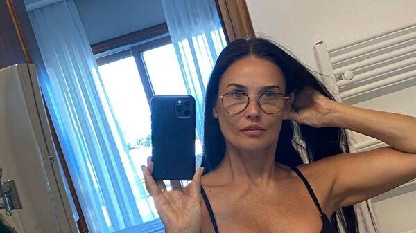 Актриса Деми Мур делает селфи в купальнике  - Sputnik Česká republika
