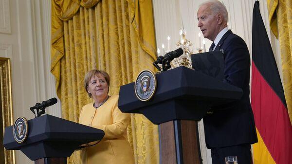 Президент США Джо Байден и канцлер Германии Ангелой Меркель на совместной пресс-конференции в Вашингтоне, США - Sputnik Česká republika