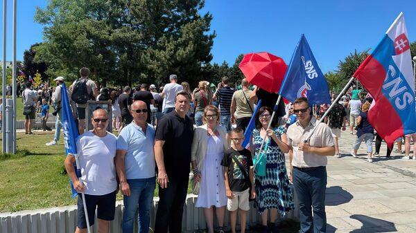 Словацкий политик Андрей Данко позирует со сторонниками партии SNS - Sputnik Česká republika