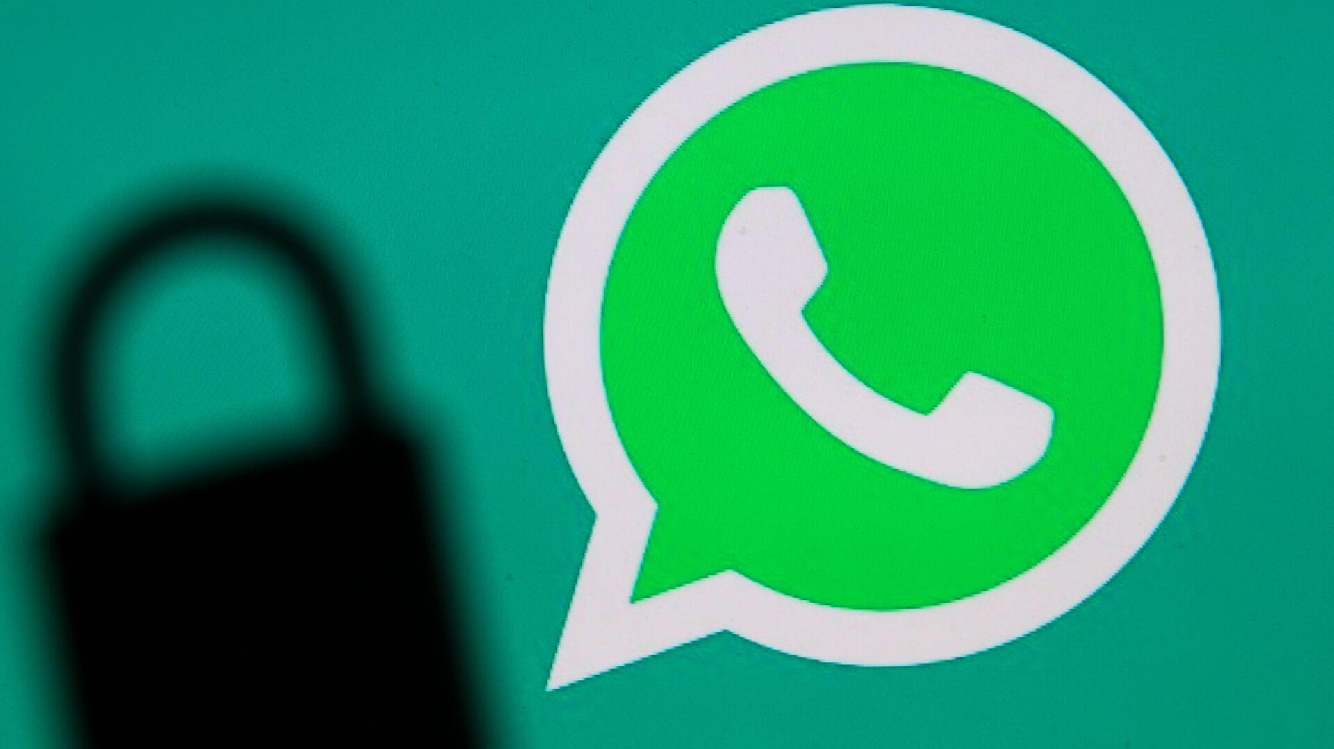 Логотип мессенджера WhatsApp и тень от замка - Sputnik Česká republika, 1920, 29.07.2021