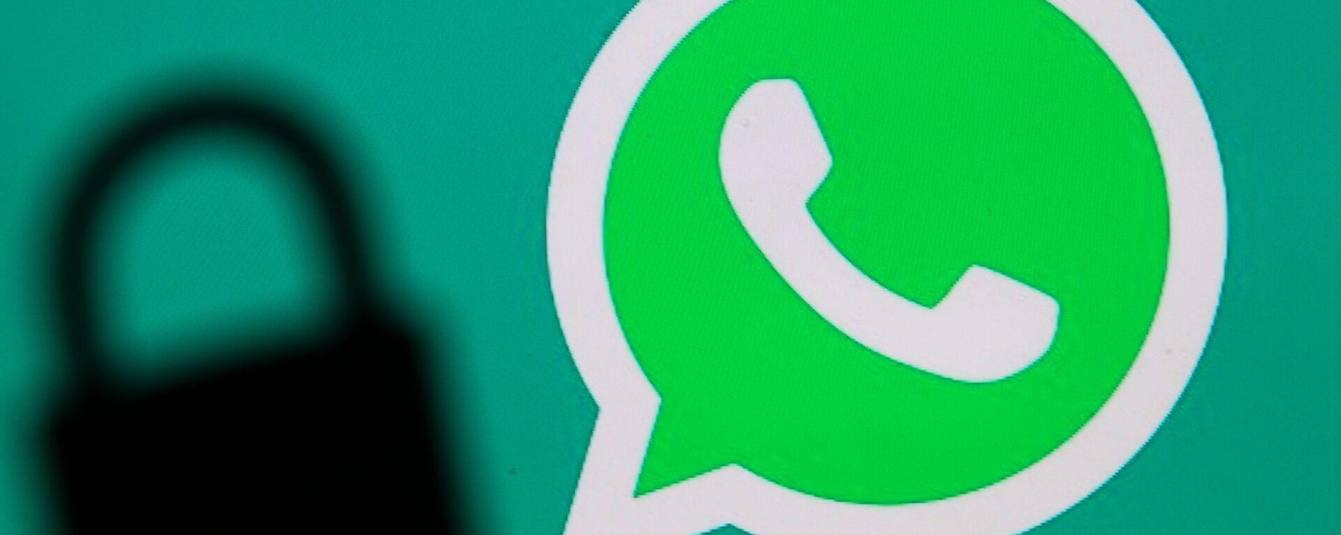 Логотип мессенджера WhatsApp и тень от замка - Sputnik Česká republika, 1920, 20.08.2021