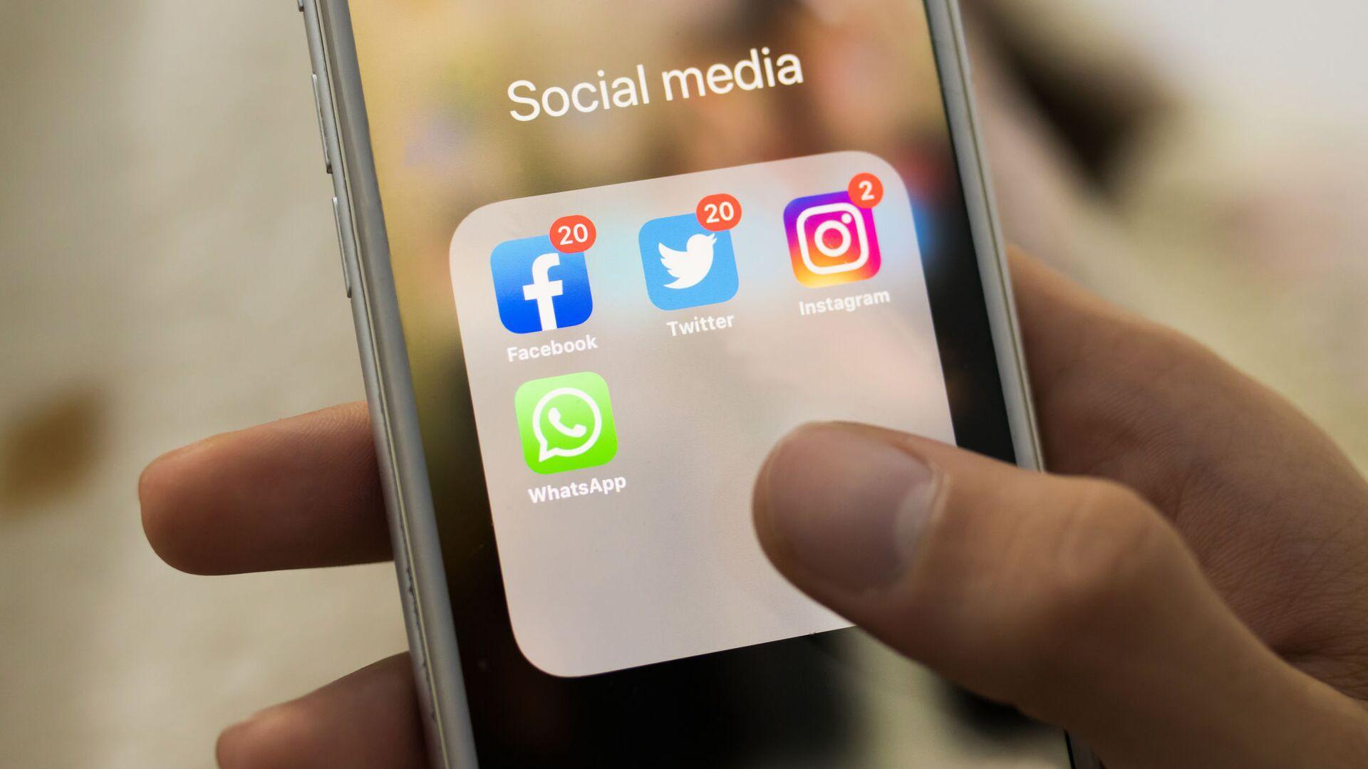 Иконки Facebook, Twitter, Instagram, WhatsApp на экране смартфона - Sputnik Česká republika, 1920, 21.08.2021