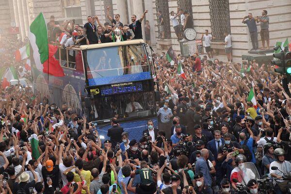 Italští fotbalisté na patrovém autobusu s pohárem mistrů Evropy během slavnostního průvodu v Římě. - Sputnik Česká republika
