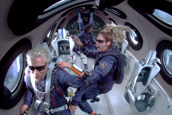 Miliardář Richard Branson se stal prvním člověkem, který odletěl do vesmíru vlastní raketou. - Sputnik Česká republika