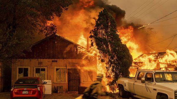 Огонь поглощает дом в штате Калифорния - Sputnik Česká republika