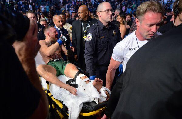 Irský bojovník smíšených bojových umění Conor McGregor po zranění, které utrpěl během zápasu proti Dustinu Poirierovi. - Sputnik Česká republika