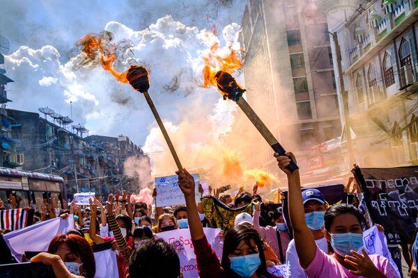 Protestní demonstrace proti vojenskému převratu. Rangún, Myanmar. - Sputnik Česká republika