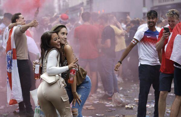 Dvě dívky pózují spolu s anglickými fanoušky v předvečer finálového zápasu EURO 2020 v Londýnu. - Sputnik Česká republika
