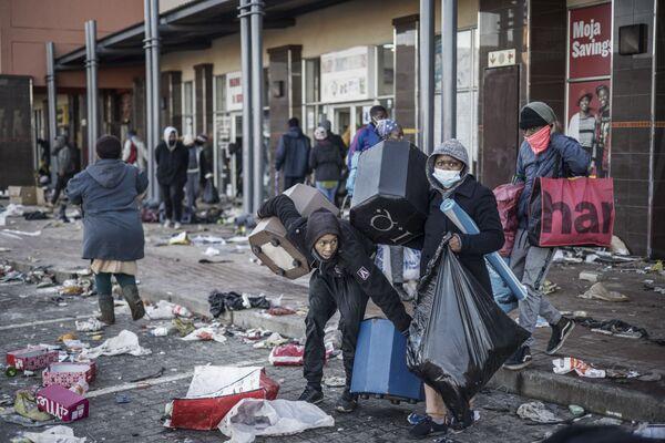 Rabování během protestů v Jižní Africe, které vypukly poté, co si bývalý prezident Jacob Zuma začal odpykávat patnáctiměsíční trest za pohrdání justicí. - Sputnik Česká republika