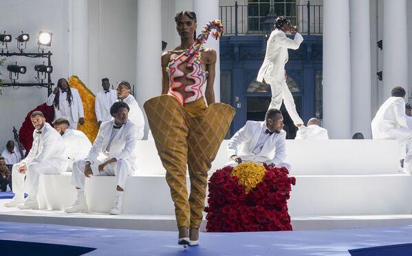 Poslední výkřik módy od Pyer Moss během show věnovaného vynálezům Afroameričanů. - Sputnik Česká republika