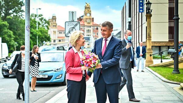 Český premiér Andrej Babiš dává květiny šéfce Evropské komise Ursule von der Leyenové - Sputnik Česká republika