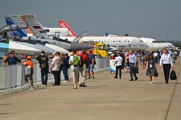 Návštěvníci si prohlíží letadla na výstavě MAKS 2021 ve městě Žukovskij, Moskevská oblast. - Sputnik Česká republika