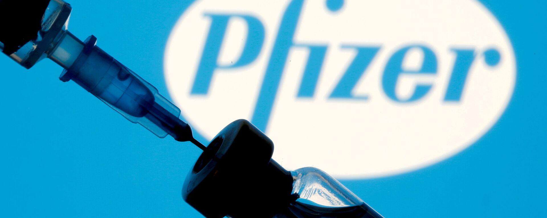 Шприц с ампулой на фоне логотипа Pfizer - Sputnik Česká republika, 1920, 01.08.2021