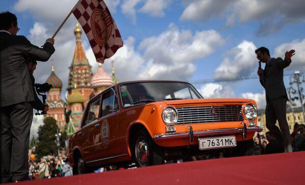Automobil VAZ 2101 na startu každoroční rallye unikátních automobilů sovětské éry GUM Rally 2020 v Moskvě - Sputnik Česká republika