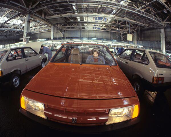 Automobil VAZ 2108 v montážní dílně Volžského automobilového závodu pojmenovaném po 50. výročí SSSR - Sputnik Česká republika