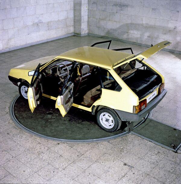 Automobil VAZ 2109  Volžského automobilového závodu pojmenovaném po 50. výročí SSSR - Sputnik Česká republika