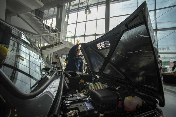 Návštěvník prezentace verze LADA 4X4 Anniversary na dni otevřených dveří věnovaném 40. výročí SUV Niva 4X4 v showroomu Torgmaš v Moskvě - Sputnik Česká republika