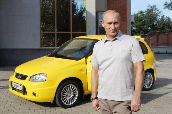 27. srpna 2010.  Vladimir Putin se vydal na výlet po nové dálnici Čita-Chabarovsk  autem Lada Kalina - Sputnik Česká republika