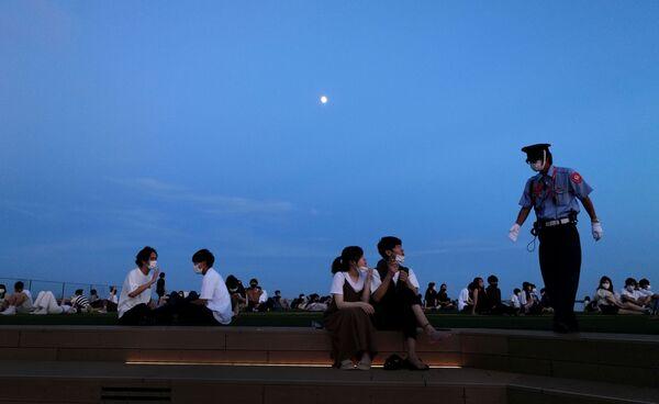 Люди отдыхают в обсерватории планетария Shibuya в Токио - Sputnik Česká republika