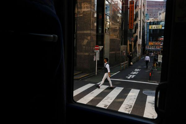 Мужчина переходит дорогу в Токио - Sputnik Česká republika