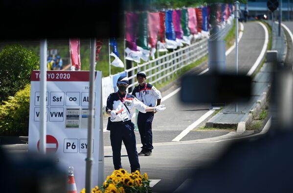 Сотрудники службы безопасности на контрольно-пропускном пункте на XXXII летних Олимпийских играх в Токио - Sputnik Česká republika