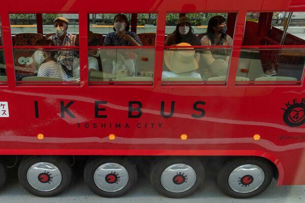 Люди в туристическом автобусе в Токио  - Sputnik Česká republika