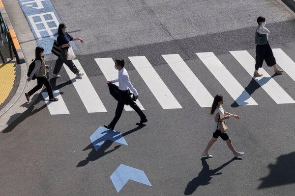 Люди переходят дорогу в Токио  - Sputnik Česká republika
