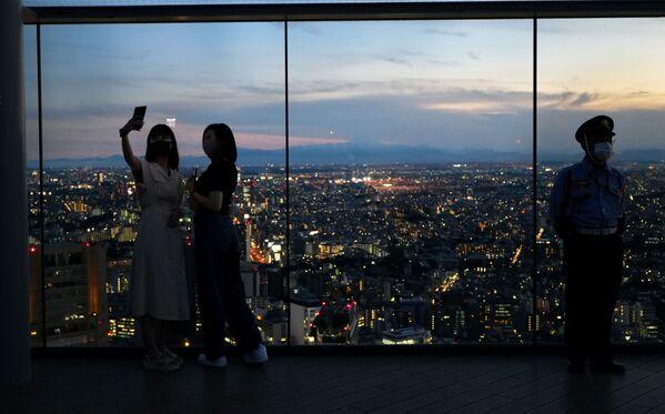 Люди в обсерватории Shibuya в Токио  - Sputnik Česká republika