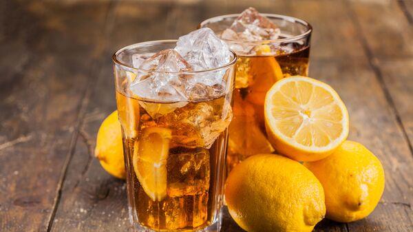 Чай со льдом и лимоном на деревянном столе - Sputnik Česká republika