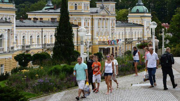 Отдыхающие у санатория Новые Лазни в Марианских Лазнях, Чехия - Sputnik Česká republika