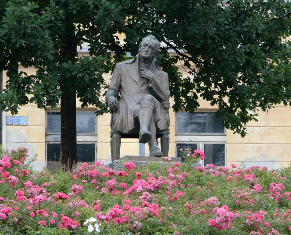 Mariánské Lázně - Pomník Goethe na lavičce byl v Mariánských Lázních odhalen v roce 1932 ke 100. výročí úmrtí slavného básníka. - Sputnik Česká republika