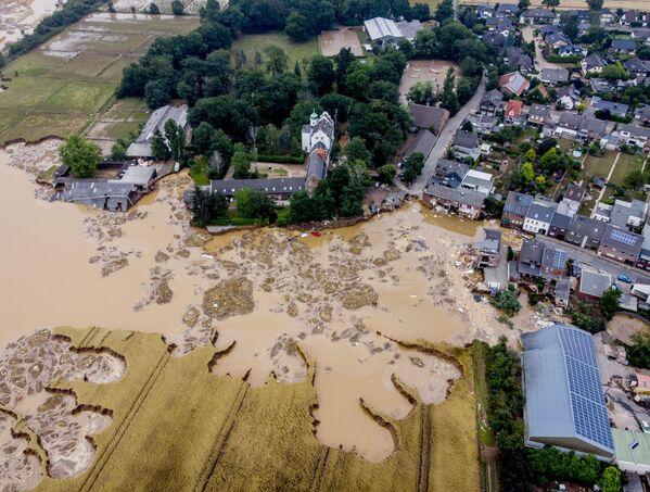 Zaplavený zámek ve městě Erftstadt-Blessem, Německo. - Sputnik Česká republika