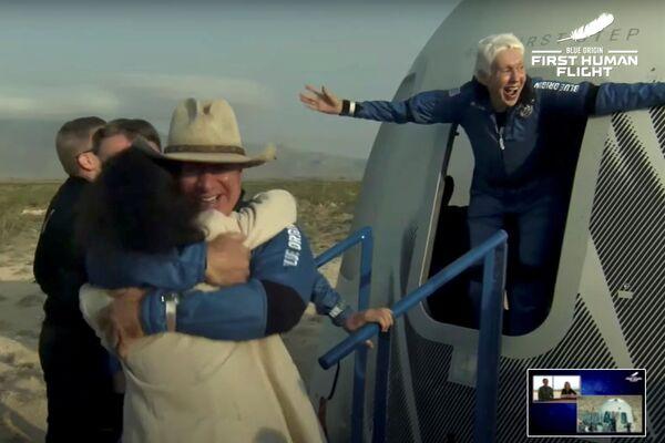 Miliardář Jeff Bezos a pilotka Wally Funková po letu do vesmíru raketou New Shepard společnosti Blue Origin. - Sputnik Česká republika