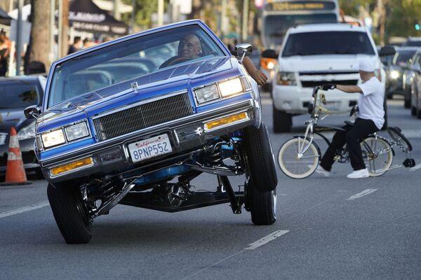 Vůz se sníženou karoserií jede na Sunset Boulevard v Los Angeles, Kalifornie. - Sputnik Česká republika