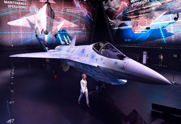 Model jednomotorové víceúčelové stíhačky páté generace na Mezinárodní letecké a kosmické výstavě MAKS 2021. - Sputnik Česká republika