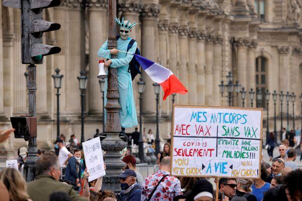 Protesty proti vládním opatřením v oblasti boje proti koronaviru. Paříž, Francie. - Sputnik Česká republika