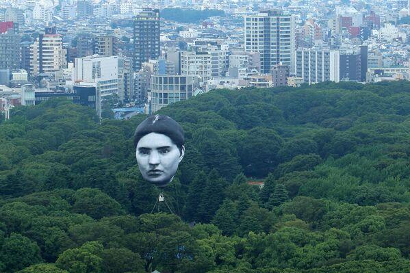 Horkovzdušný balon nad Yoyogi Park v Tokiu. - Sputnik Česká republika
