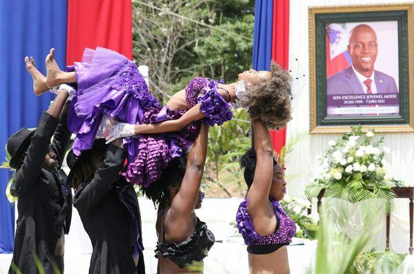 Tanečnice během ceremoniálu na počest zavražděného prezidenta Haiti Jovenela Moïseho v Národním muzeu v Port-au-Prince. - Sputnik Česká republika