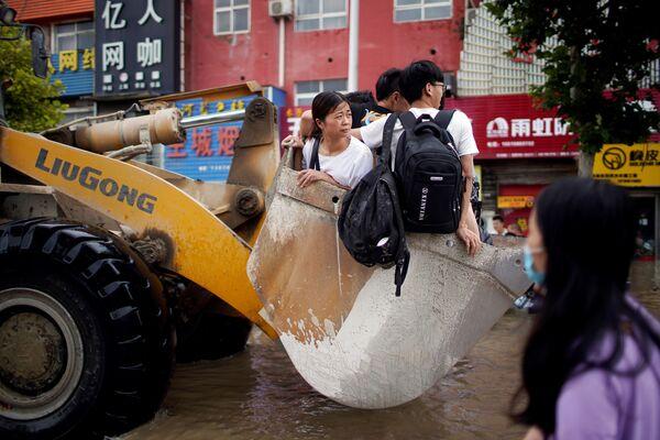 Zaplavené ulice ve městě Čeng-čou provincie Che-nan, Čína. - Sputnik Česká republika