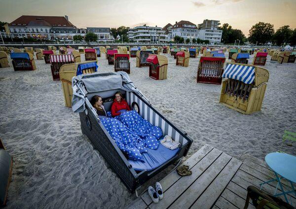 Dvě ženy ve speciálním křesle na pláži Baltského moře v Německu. - Sputnik Česká republika