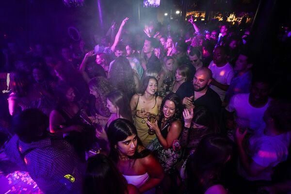 Lidé tančí v nočním klubu The Piano Works v Londýně. - Sputnik Česká republika